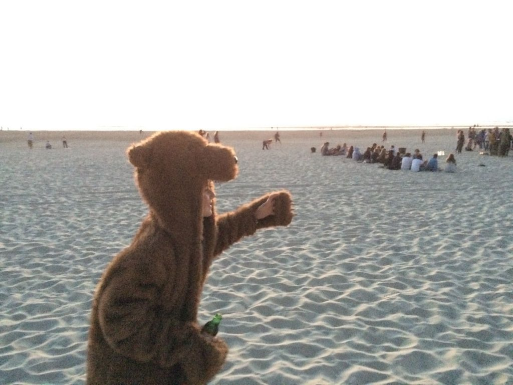 At the beach of Moliets it's pretty normal to spot a bear carrying a beer.