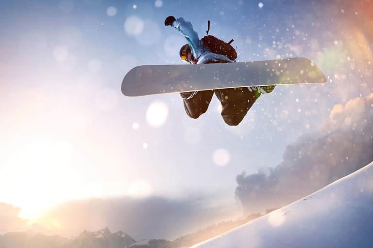 snwboarder in air