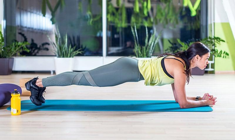 woman doing plan exercises